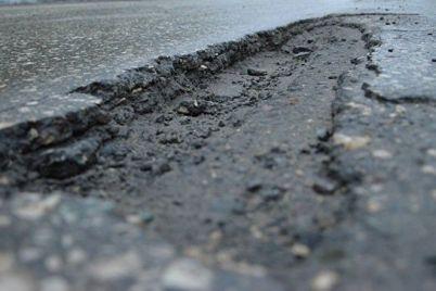 beregite-nogi-i-avto-na-odnoj-iz-ulicz-zaporozhya-provalilsya-asfalt-foto.jpg