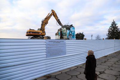 beton-ochen-krepkij-v-zaporozhe-gidromolotom-razrushayut-postament-pamyatnika-leninu-fotoreportazh.jpg