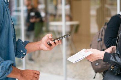 bez-smartfona-ne-vojdesh-v-obshhestvennye-mesta-budut-vpuskat-tolko-po-qr-kodu.jpg