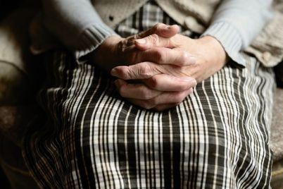 bolshe-nekuda-pojti-86-letnyaya-pensionerka-zhivet-v-tualete-na-vokzale-video.jpg