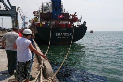 chp-v-azovskom-more-v-berdyanskom-portu-razlilas-neft.jpg