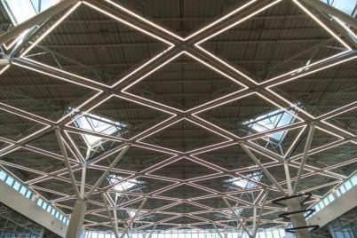 chudesa-geometrii-v-novom-terminale-zaporozhskogo-aeroporta-poyavilas-originalnaya-illyuminacziya-foto.jpg