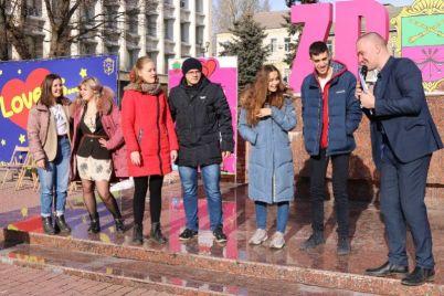 czelovalis-i-zhenilis-zaporozhskaya-molodezh-yarko-otmetila-14-fevralya.jpg