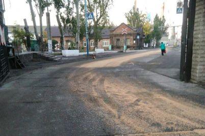 czentralnye-uliczy-zaporozhskogo-kurorta-zaseyali-zernom-video.jpg