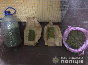 В селе под Запорожьем у мужчины нашли крупную партию наркотиков (ФОТО)