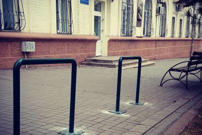 delaem-zaporozhe-velosipednym-vozle-merii-ustanovili-veloparkovki.jpg