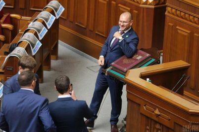 deputat-z-zaporizhzhya-poklav-likot-na-konstitucziyu-ukrad197ni.jpg
