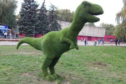 dinozavr-kroliki-i-vinni-puh-s-pyatochkom-prazdnichnye-installyaczii-v-parke-zaporozhya-fotoreportazh.jpg