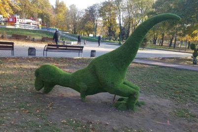 dinozavra-v-zaporozhskom-parke-vandaly-slomali-i-zavalili-foto.jpg