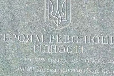dmitro-razumkov-poklav-kviti-do-pamyatnika-na-majdani-gerod197v.jpg