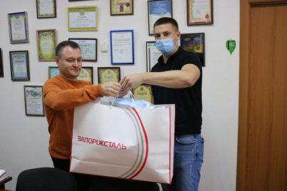 do-dnya-vchitelya-zaporizkim-shkolam-podaruvali-zahisni-shhitki-i-maski-foto.jpg