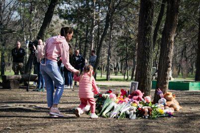do-zaporizkogo-parku-prijshli-desyatki-lyudej-z-kvitami-ta-myakimi-igrashkami.jpg
