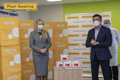 dopomoga-fondu-rinata-ahmetova-vzhe-v-mariupoli-privezeno-15-tisyach-ekspres-testiv-dlya-viyavlennya-koronavirusu.jpg