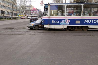 dorogu-ne-podelili-na-ukrainskoj-tramvaj-protaranil-legkovushku-1.jpg