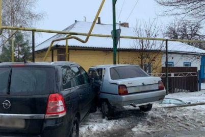 dtp-na-rovnom-meste-v-zaporozhskoj-oblasti-dva-avtomobilya-povredili-gazoprovod-foto.jpg