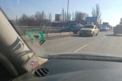 dtp-na-zaporizhzhi-avtivka-led-ne-vpala-z-mostu-v-richku-foto.jpg