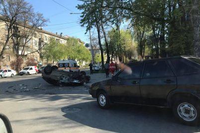 dtp-v-czentre-zaporozhya-avtomobil-perevernulsya-usypav-dorogu-oskolkami-foto.jpg