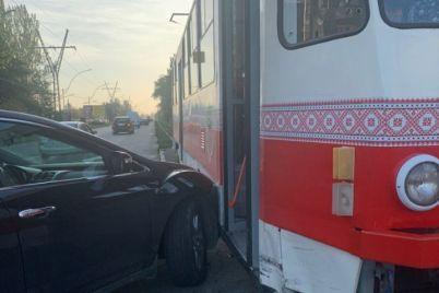 dtp-v-zaporozhe-avto-vrezalos-tramvaj-video-foto.jpg