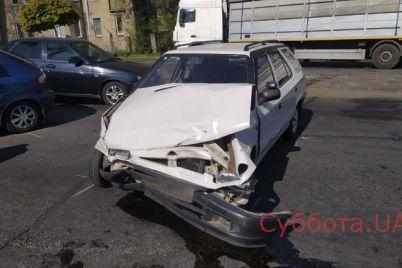 dtp-v-zaporozhe-voditelya-i-passazhirku-uvezli-na-skoroj-foto.jpg
