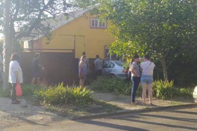 dtp-v-zaporozhskoj-oblasti-legkovushka-protaranila-chastnyj-dom-foto.jpg