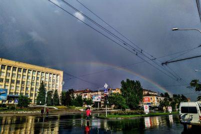 dvojnaya-raduga-i-zatoplennye-uliczy-posledstviya-pervogo-letnego-livnya-v-zaporozhe-foto-video.jpg