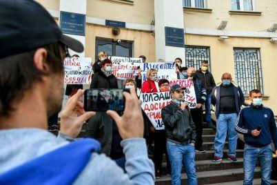 dymovye-shashki-i-plakaty-agrarii-i-aktivisty-naczkorpusa-piketirovali-zaporozhskij-hozyajstvennyj-sud.jpg