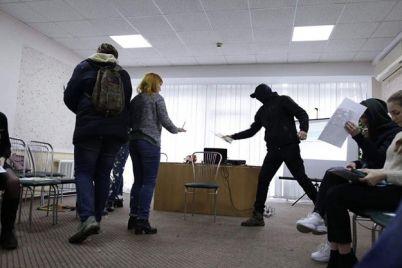 etogo-musora-zdes-ne-dolzhno-byt-lyudi-v-maskah-napali-na-zaporozhskih-aktivistov.jpg