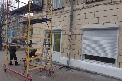 fasad-pamyatki-arhitektury-na-prospekte-sobornom-nachali-perekrashivat-v-czvet-plitki-foto.jpg