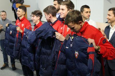 formu-s-logotipami-zaporozhstali-dlya-zaporozhskih-futbolistov-kupili-za-byudzhetnyie-dengi-foto.jpg