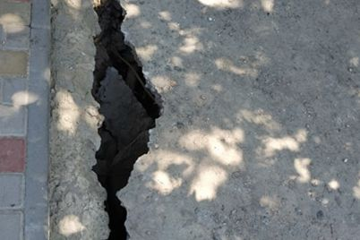 fotofakt-na-zaporizhzhi-pid-zemlyu-provalivsya-asfalt.jpg