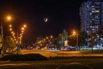 fotograf-pokazal-lunu-i-yarkie-ogni-nad-nochnym-zaporozhem-foto.jpg
