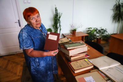 gazety-na-ivrite-i-18-kilogrammovaya-kniga-chto-beregut-v-hranilishhah-zaporozhskoj-oblastnoj-biblioteki-fotoreportazh.jpg