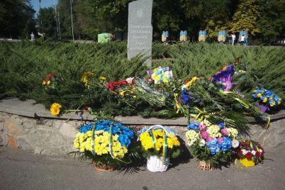 geroi-ne-umirayut-v-zaporozhe-pochtili-pamyat-pogibshih-na-vostoke-ukrainy-foto.jpg