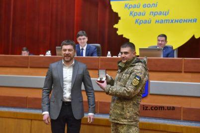 glava-zaporozhskoj-oga-nagradil-serzhanta-kotoryj-zaderzhal-soseda-oblivshego-poduezd-mnogoetazhki-benzinom-foto.jpg