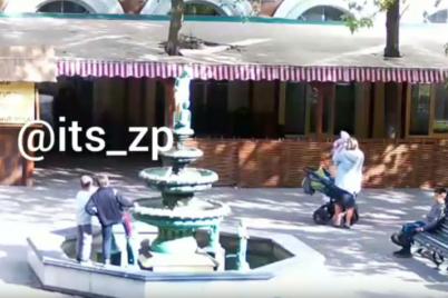 golovu-pisayushhemu-malchiku-v-berdyanskom-fontane-otbili-deti-video.png