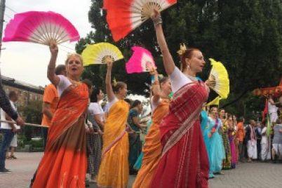 hari-krishna-ochered-za-besplatnoj-edoj-i-krasochnye-tanczy-kak-v-zaporozhe-proshel-indijskij-festival-fotoreportazh.jpg