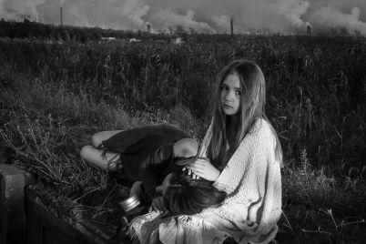 hotim-dyshat-fotograf-iz-zaporozhya-sozdala-seriyu-snimkov-na-fone-dymyashhihsya-trub.jpg