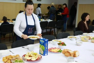 hozyajki-zaporozhskoj-oblgosadministraczii-prigotovili-blagotvoritelnyj-obed-dlya-detej.jpg