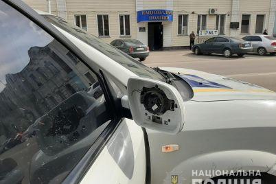 huligan-zalez-na-kapot-i-nachal-gromit-avto-policzejskih-inczident-v-zaporozhskoj-oblasti-foto.jpg