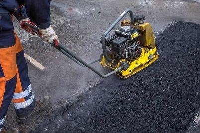 i-smeh-i-greh-zaporozhskie-rabochie-prodolzhayut-ukladyvat-asfalt-v-dozhdevuyu-pogodu-video.jpg