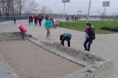 interesno-na-pravoberezhnom-plyazhe-deti-postroili-zamok-iz-trotuarnoj-plitki.jpg