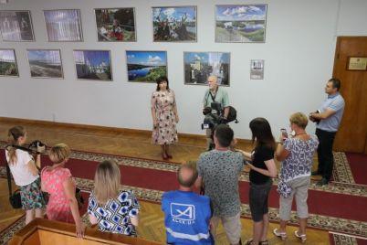 iz-sten-zaporozhskoj-oga-ubrali-eks-prezidenta-i-vojnu.jpg