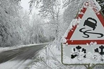 iz-za-silnyh-snegopadov-v-neskolkih-oblastyah-ukrainy-dorozhniki-ogranichivayut-proezd-krupnogabaritnogo-transporta.jpg