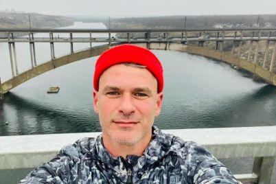 izvestnyj-pevecz-sdelal-selfi-na-novom-zaporozhskom-mostu.jpg