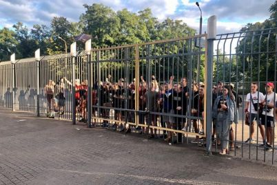 k-zaporozhskoj-futbolnoj-arene-prishli-bolelshhiki-s-fajerami-i-plakatami.jpg