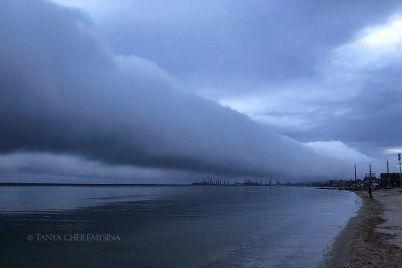 kak-v-filmah-uzhasov-nad-berdyanskom-zavisli-vpechatlyayushhie-oblaka-foto.jpg