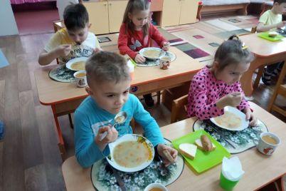 kak-zaporozhskih-detej-kormyat-v-detsadu-foto.jpg