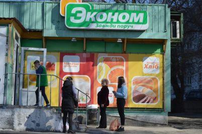 karantin-vozle-zaporozhskih-supermarketov-sobirayutsya-bolshie-ocheredi.jpg