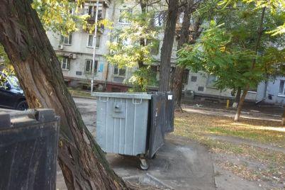 kardinalnye-mery-zaporozhczy-raskleivayut-chastnye-obuyavleniya-v-neobychnyh-mestah-foto.jpg