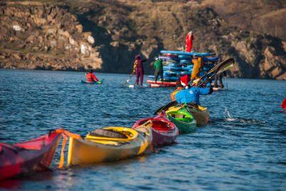 karnaval-na-vode-v-zaporozhe-yolochka-iz-sup-dosok-i-parovozik-iz-kayak-fotoreportazh.jpg